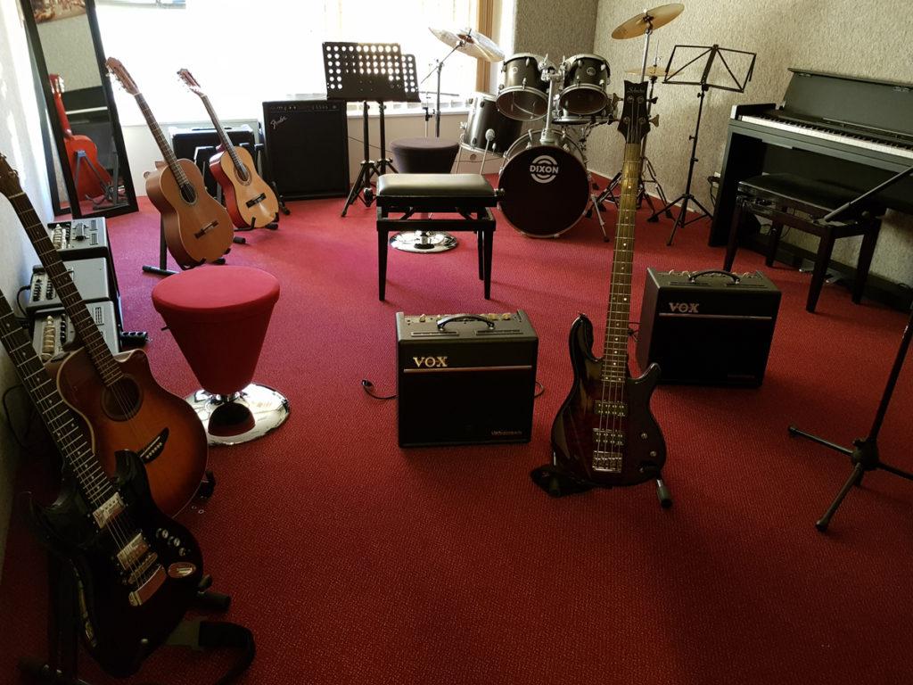 Instruments de musique : Guitares Basses Batteries Amplis Pianos Claviers
